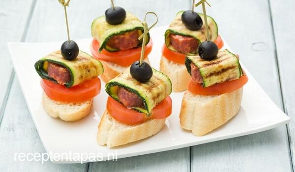 Pinchos met salami en courgette